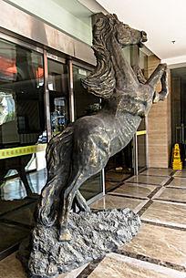 苏州木渎假日宾馆门口的铜马雕像