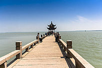 湖面上长长的桥面长廊
