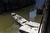 停靠在河道里的小木船