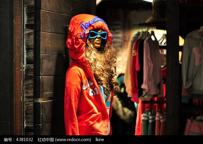 商场里穿着衣服的假人模特