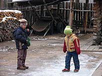 华俄后裔家庭院落和孩子