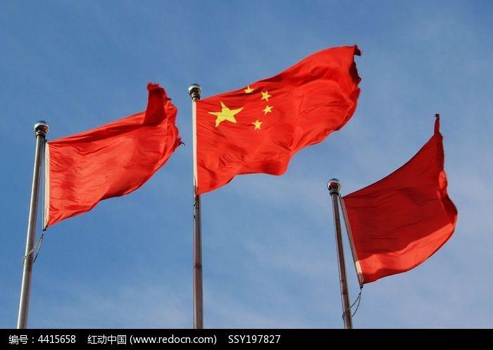 蓝天中飘扬的五星红旗