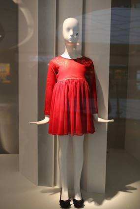 女士裙装展柜 下载收藏 女士裙子 下载收藏 彩色气球旁边穿红色裙子的