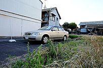 屋边的停车场