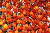 串起来的熟透的柿子