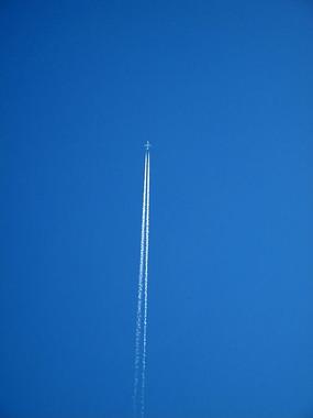 客机在蓝天拉烟