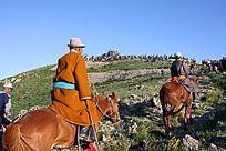 身着民族服装骑马的蒙古人