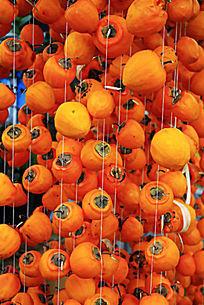用细绳串起来的柿子