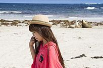 在海滩边上散步的女孩