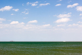 碧绿的海水蓝天白云