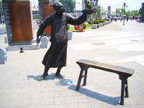 斗鸟的人物雕像