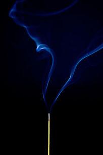 燃烧的香飘舞的蓝色烟雾