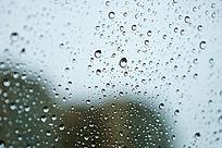 盈盈剔透的玻璃窗外水珠