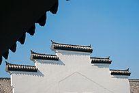 白墙黑瓦的江南徽派民居