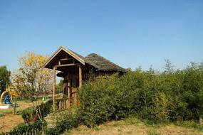 公园内的茅草木屋景观