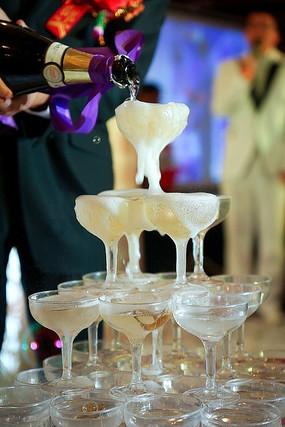 婚礼现场新人倒香槟塔的特写