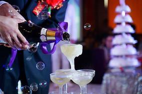 婚礼现场一对新人倒香槟