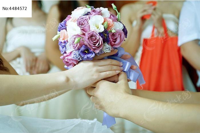 双手接过手捧花的特写