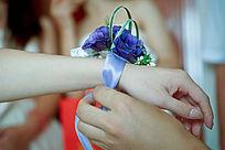 新郎给新娘佩戴腕花手部特写
