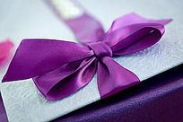 系这紫色丝带的婚礼礼盒道具
