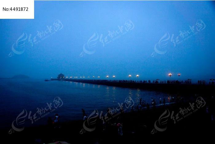 夜幕下的青岛栈桥风光图片
