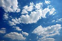 蓝色天空漂浮的白色云层