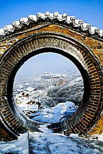 大雪覆盖的泰山极顶月亮门