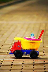 放在道路上的儿童玩具车
