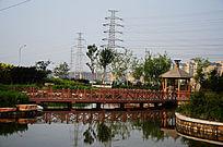 公园人工湖上的木桥