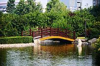 人工湖上的木质拱桥