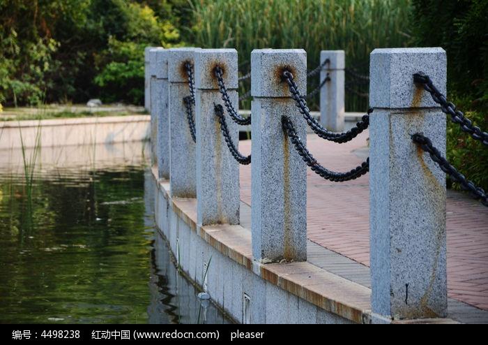 公园里的大理石铁链栏杆
