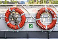 挂在船边的救生圈