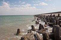 海堤与碧绿的海水
