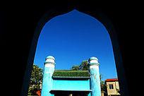 透过拱门拍摄伊斯兰教特色建筑