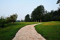 高尔夫球场草地中间的石板路面