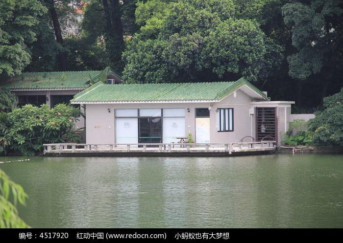湖边的瓦房建筑图片