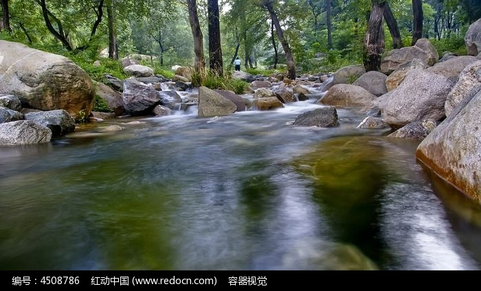 山林中清澈的小溪图片