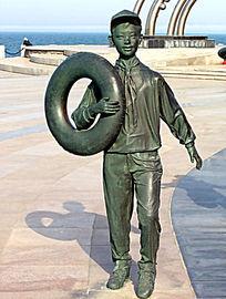 雕塑《拿着救生圈的少先队员》