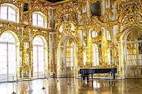 琥珀宫内贵族豪宅的金碧辉煌景象