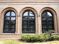 拱形窗户中景