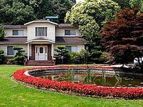 掩映在绿茵中的别墅