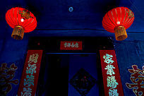 大门上悬挂着喜庆的大红灯笼