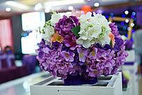 婚礼现场的绢花花球