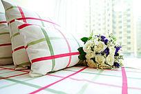 条形抱枕和白色玫瑰花束