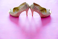 新娘的银色高跟鞋