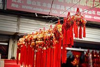 悬挂着的大红色中国结饰品