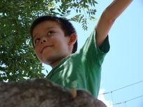 爱在石头上展示自己的孩子