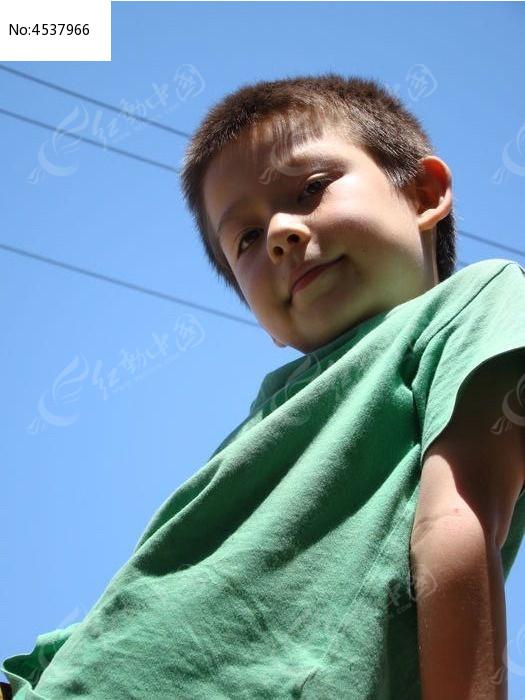 原创摄影图 人物摄影 儿童摄影 摆出高傲的样子的男生  请您分享: 红图片