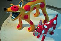 草间弥生我的一个梦装置展之两个卖萌的波点小狗