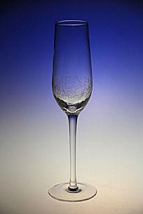 加蓝色滤镜的玻璃杯